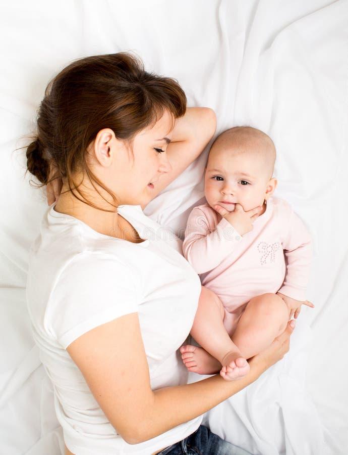 Szczęśliwy macierzysty bawić się z jej dziecka niemowlaka dziewczyną fotografia stock