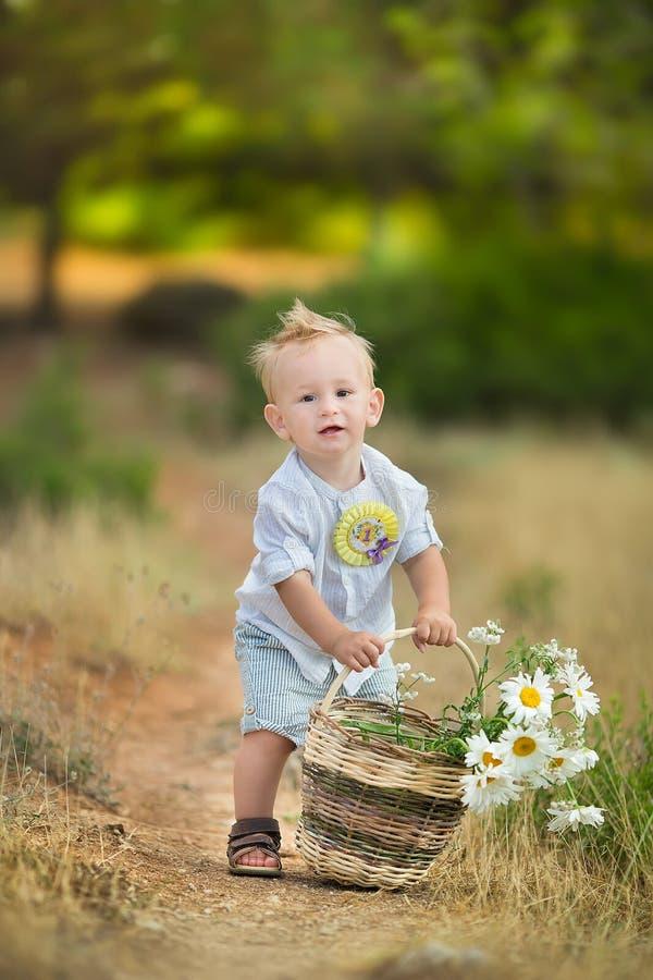 Szczęśliwy macierzysty bawić się z jej synem w parku zdjęcia royalty free