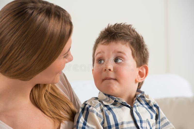 Szczęśliwy macierzysty opowiadać jej syn fotografia stock