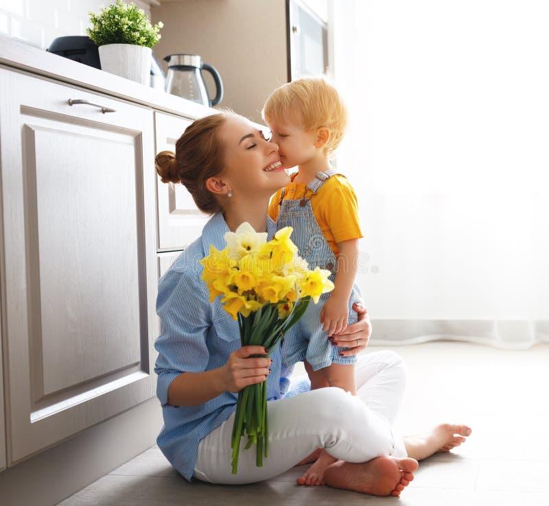 Szczęśliwy macierzysty ` s dzień! dziecko syn daje flowersfor matki na wakacje