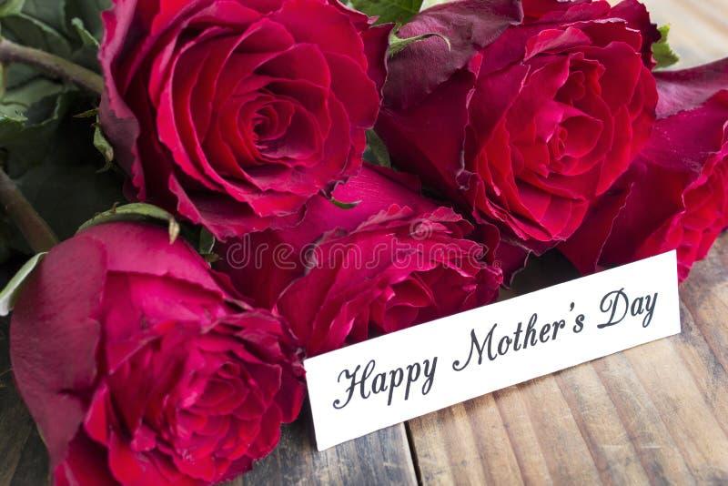 Szczęśliwy Macierzysty ` s dzień, kartka z pozdrowieniami, z bukietem Czerwone róże zdjęcie stock