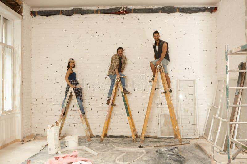 Szczęśliwy malarzów pracować obraz royalty free