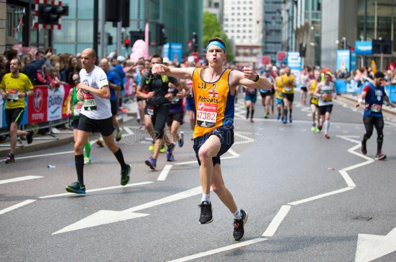Szczęśliwy Maratońskiego biegacza doping społeczeństwem Dobroczynność pieniądze podwyżka london wielkiej brytanii obraz royalty free