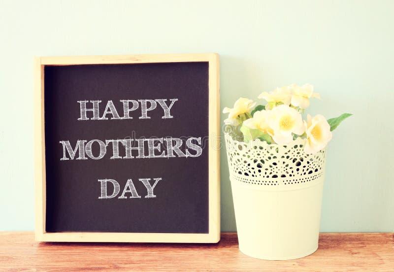 Szczęśliwy matka dzień, pisać na blackboard fotografia stock