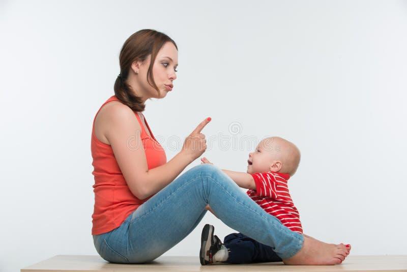 Szczęśliwy matki i berbecia syna siedzieć twarz w twarz obrazy royalty free