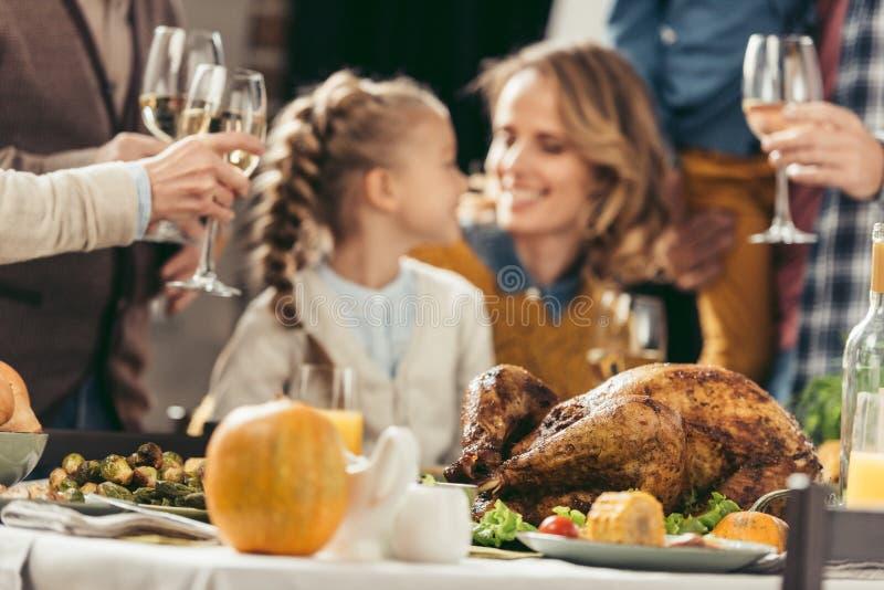 szczęśliwy matki i córki obejmowanie przy dziękczynieniem fotografia royalty free