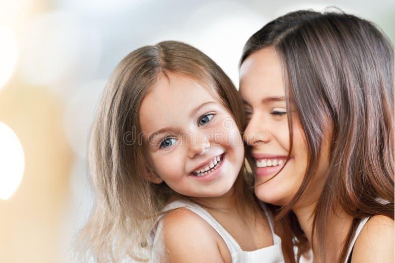 Szczęśliwy matki i córki przytulenie zdjęcia stock
