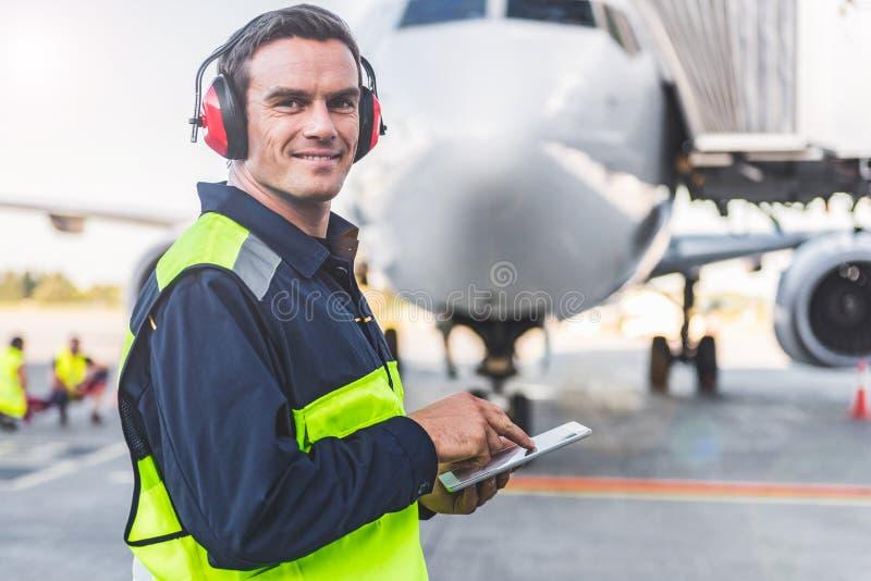 Szczęśliwy mechanik ma pracę w airdrome obrazy royalty free