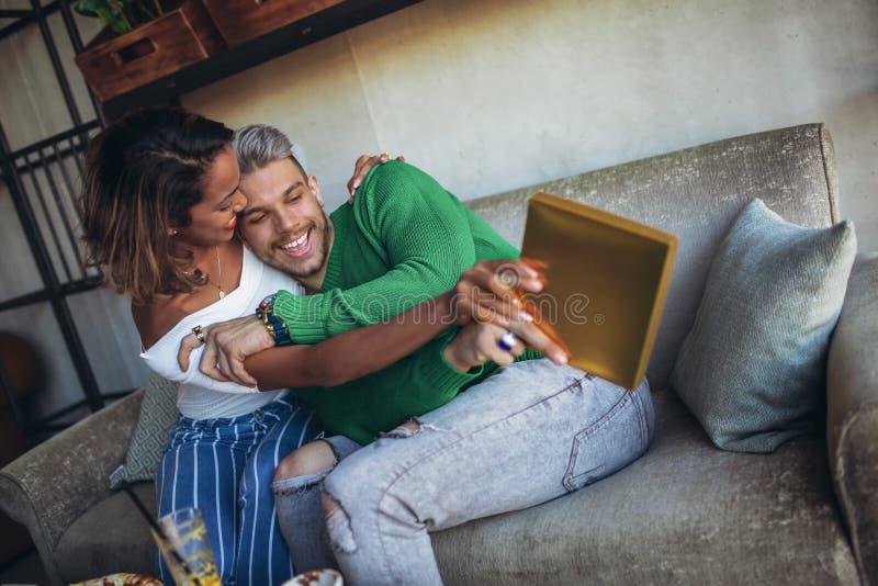 Szczęśliwy międzyrasowy pary obsiadanie w kawiarnia barze obraz royalty free