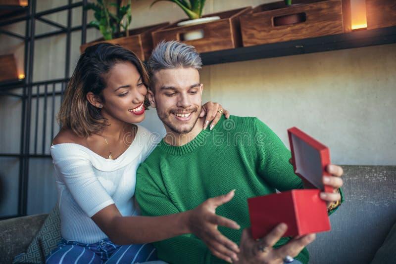 Szczęśliwy międzyrasowy pary obsiadanie w kawiarnia barze obraz stock