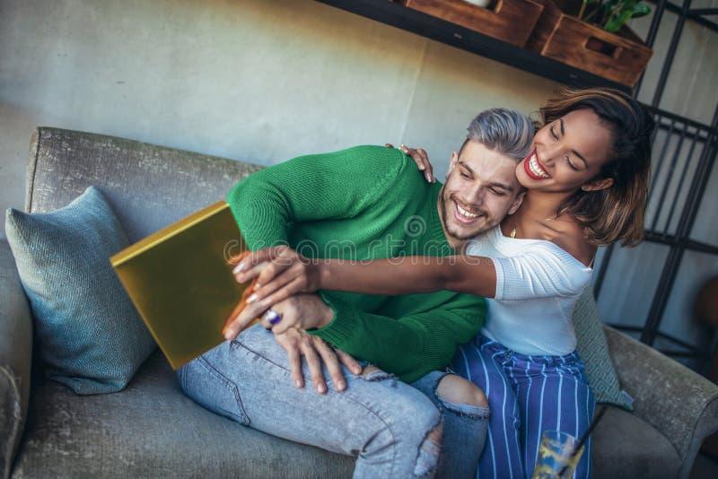Szczęśliwy międzyrasowy pary obsiadanie w kawiarnia barze zdjęcia royalty free