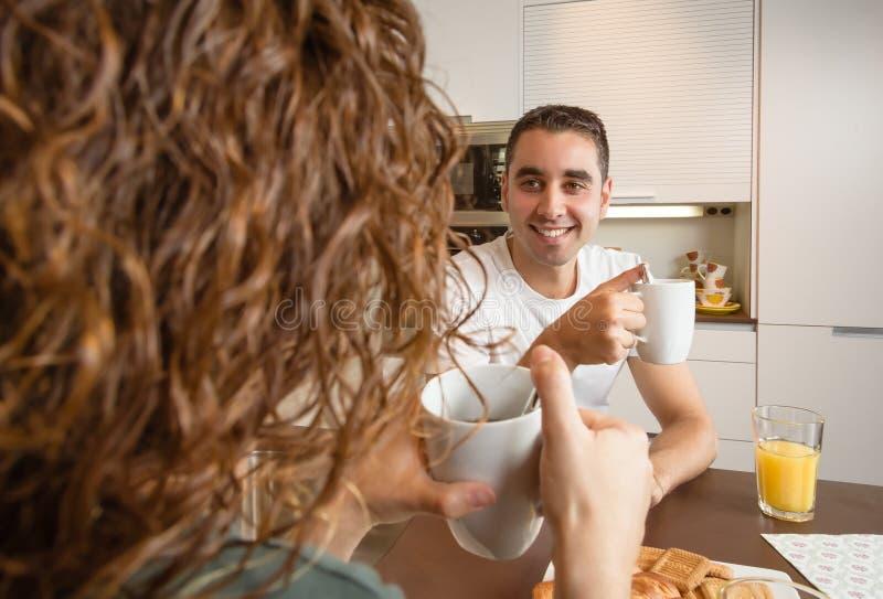 Download Szczęśliwy Miłości Pary Mówienie Przy śniadanie Domem Obraz Stock - Obraz złożonej z para, juiced: 41954663