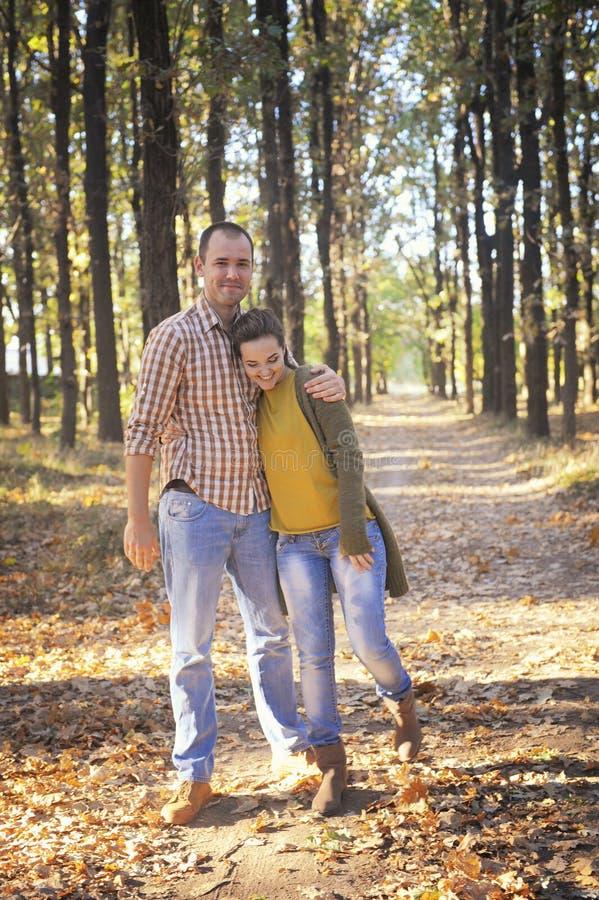 Szczęśliwy miłości pary odprowadzenie w lesie i obejmowaniu, młody rodzinny portret, przypadkowa odzież obraz royalty free