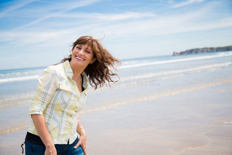 Szczęśliwy midle starzejąca się kobieta na plaży obrazy royalty free