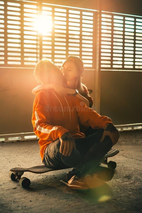 Szczęśliwy modniś pary całowanie w miasto miastowym krajobrazie fotografia royalty free