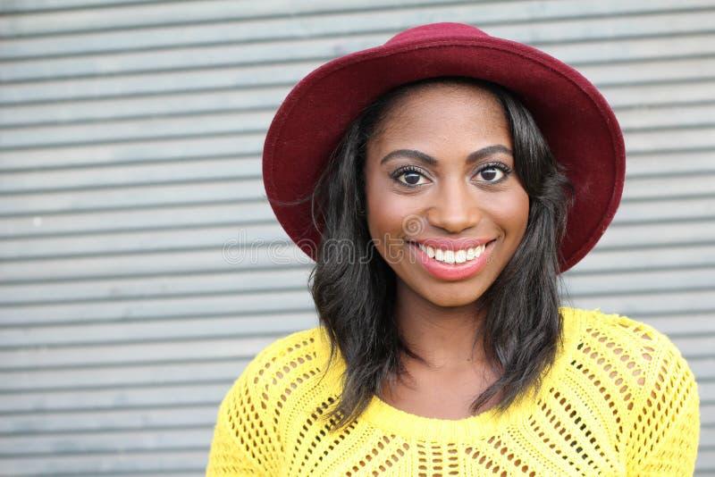 Szczęśliwy modny Afrykański kobiety ono uśmiecha się zdjęcie stock