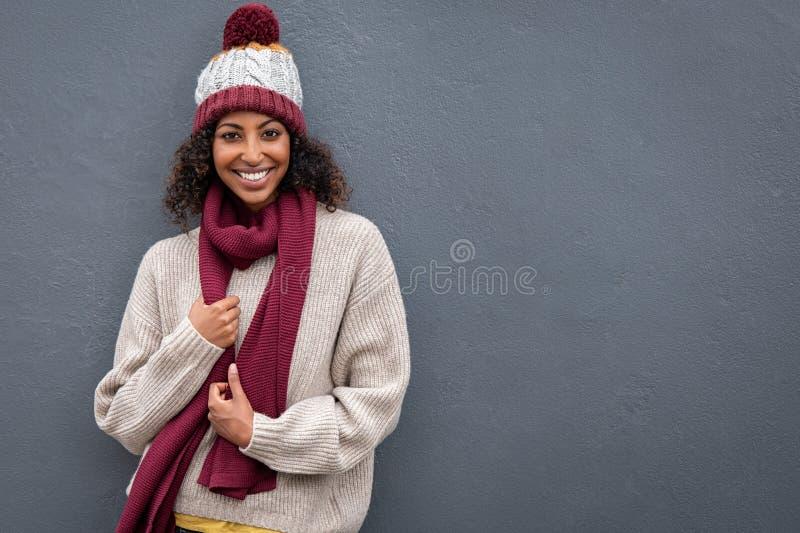 Szczęśliwy murzynki być ubranym ciepły odziewa obrazy royalty free