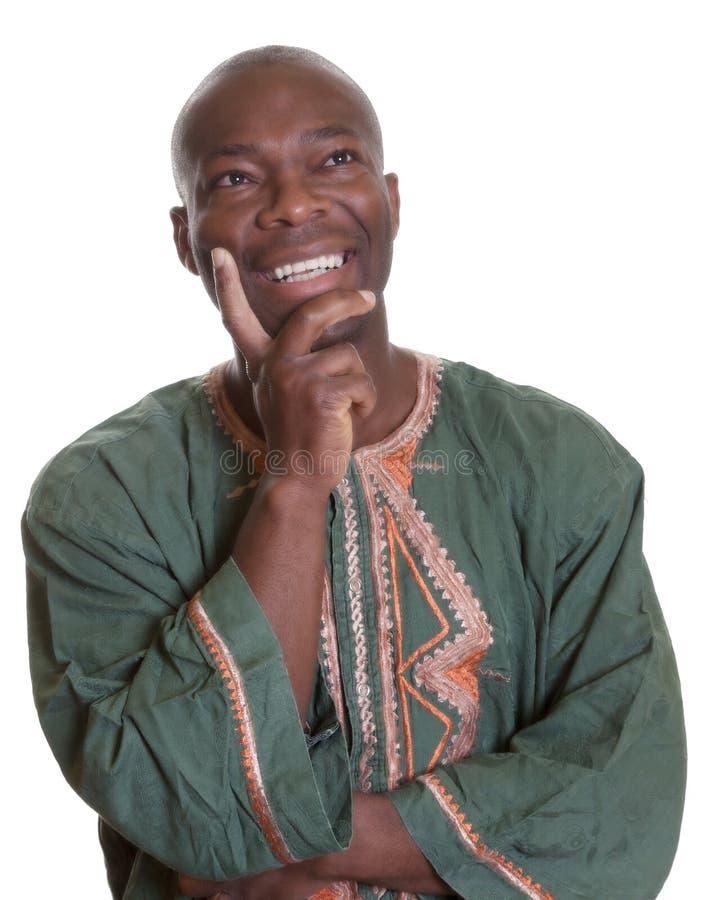 Szczęśliwy myślący afrykański mężczyzna z tradycyjnym odziewa fotografia royalty free