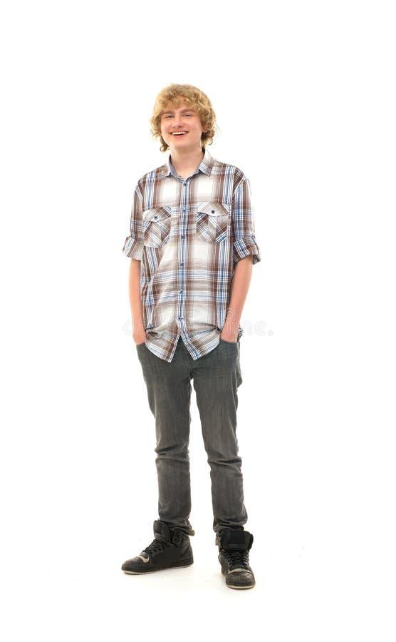 Szczęśliwy nastoletni facet pozuje w nowożytnym odziewa obraz royalty free