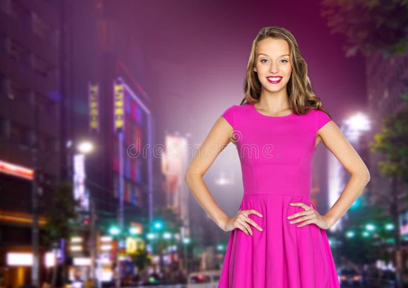 Szczęśliwy nastoletni nad nocy miasta ulicą lub młoda kobieta fotografia stock