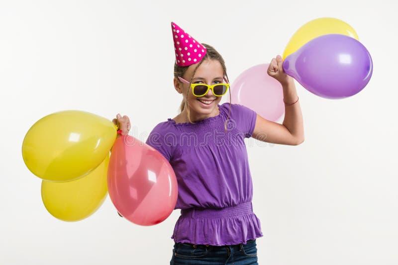 Szczęśliwy nastoletni partyjnej dziewczyny 12-13 lat z balonami obrazy royalty free