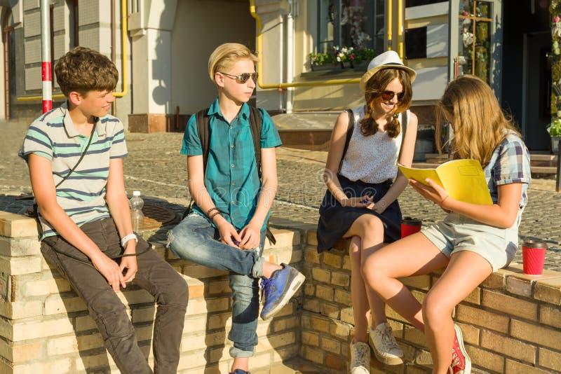 Szczęśliwy 4 nastoletniego przyjaciela lub szkoła średnia ucznie czyta telefon mają zabawę, opowiadający, książka Przyjaźń i ludz obrazy stock