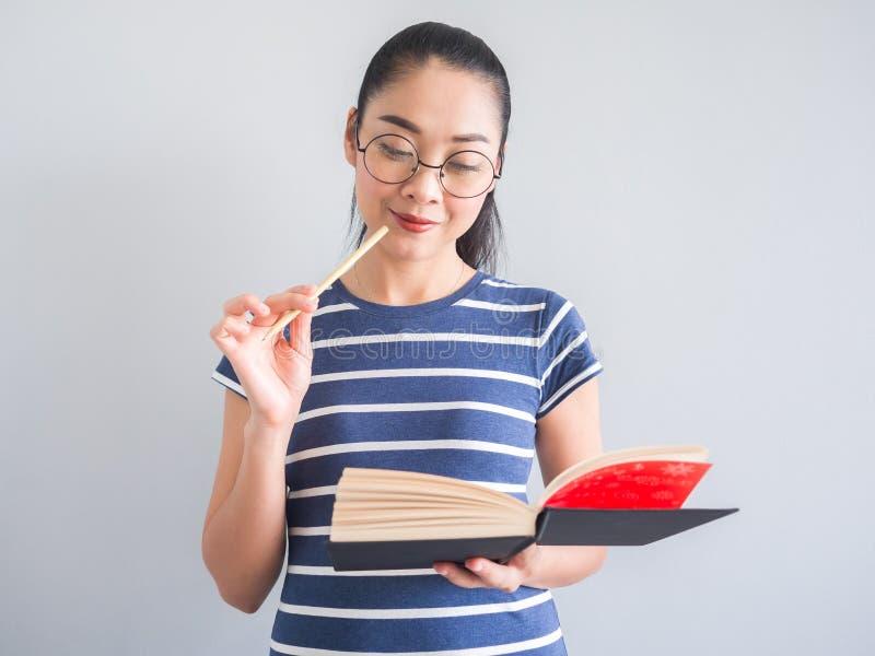 Szczęśliwy nerdy kobiety czytanie, studiowanie i zdjęcie royalty free
