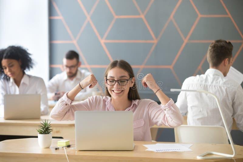 Szczęśliwy niepłonny pracownika à `  elebrating dobrego online rezultat lub emai zdjęcia royalty free