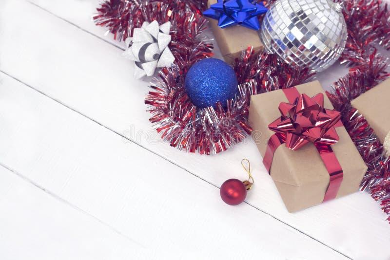 Szczęśliwy nowego roku 2020 christmastime Prezentów pudełka i choinek zabawki na tle Zimy lekka nieociosana fotografia obrazy stock