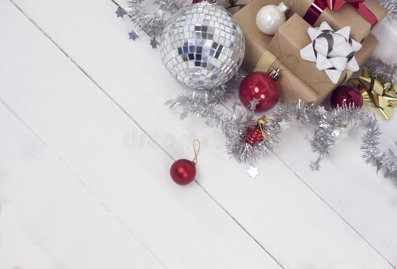 Szczęśliwy nowego roku 2020 christmastime Prezentów pudełka i choinek zabawki na tle Zimy lekka nieociosana fotografia obraz royalty free