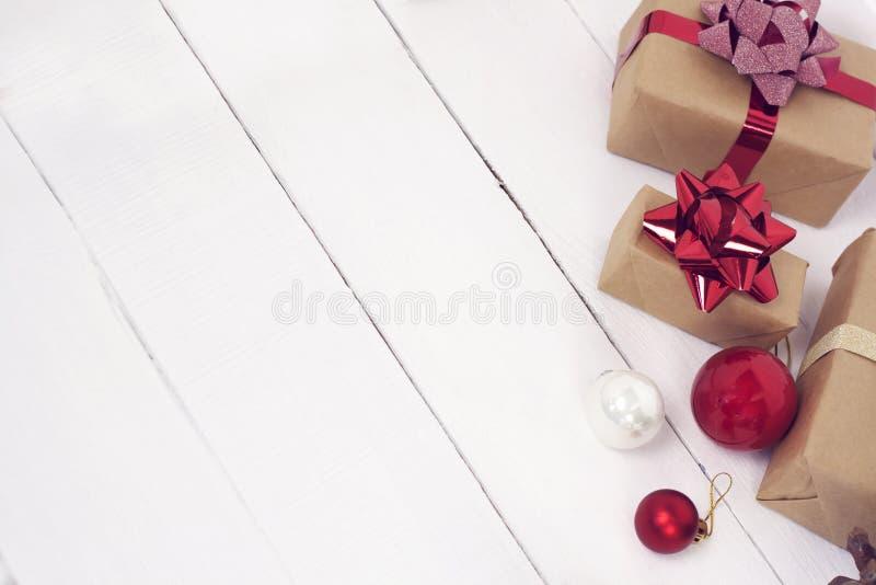 Szczęśliwy nowego roku 2020 christmastime Prezentów pudełka i choinek zabawki na tle Zimy lekka nieociosana fotografia fotografia stock
