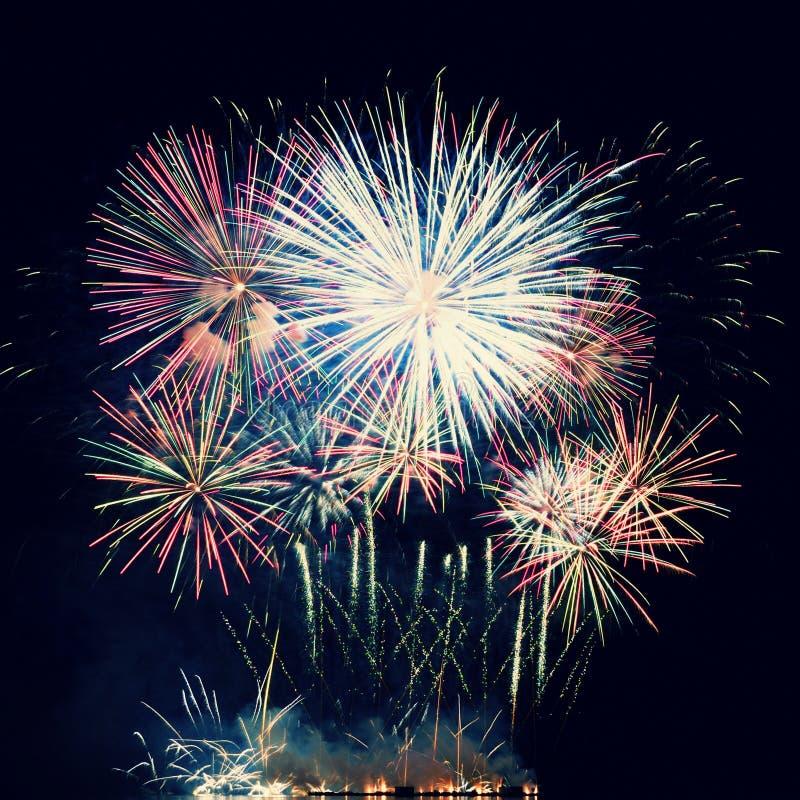 Szczęśliwy nowego roku 2018 fajerwerk Piękni kolorowi fajerwerki na nawadniają powierzchnię z czystym czarnym tłem zdjęcie stock
