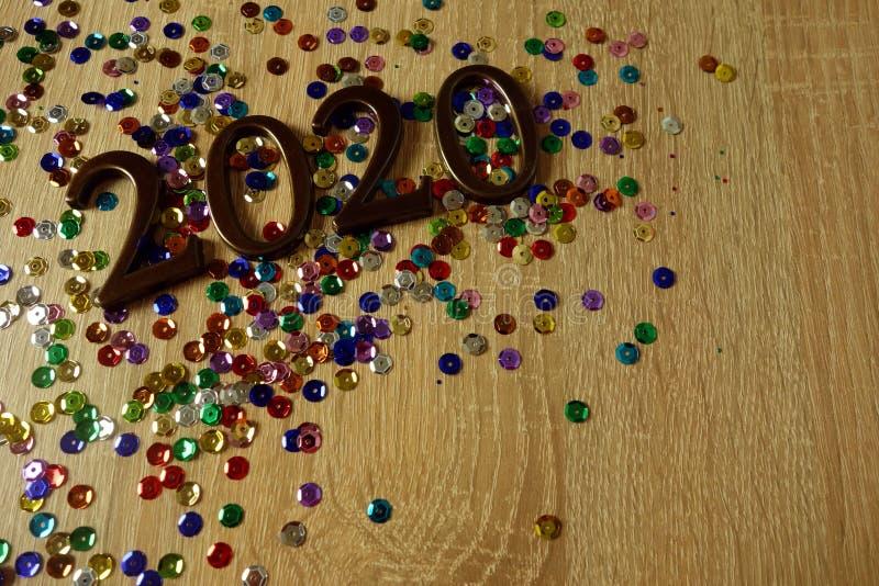 Szczęśliwy nowego roku 2020 pojęcie z ornamentacyjnymi cyframi i kolorowymi błyszczącymi dekoracjami fotografia royalty free
