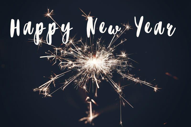 szczęśliwy nowego roku teksta znak, płonący sparkler fajerwerku Bengal światło Przestrzeń dla teksta target20_1_ obraz stock
