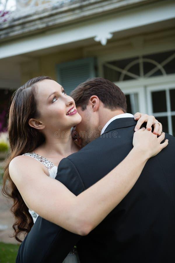 Szczęśliwy nowożeńcy pary obejmowanie w parku zdjęcia royalty free