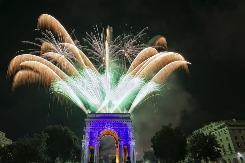 Szczęśliwy nowy rok i wesoło xmas fajerwerki na triumfu łuku obraz stock