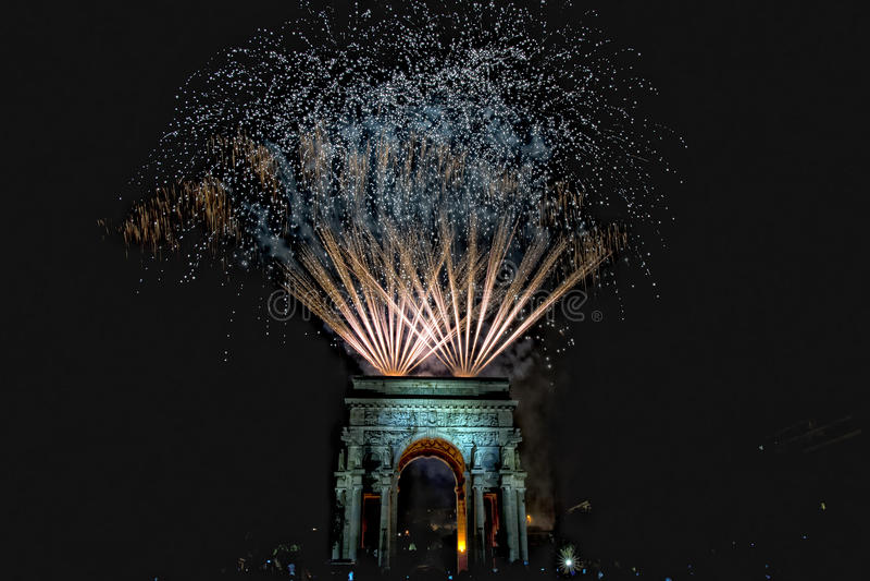 Szczęśliwy nowy rok i wesoło xmas fajerwerki na triumfu łuku zdjęcia stock