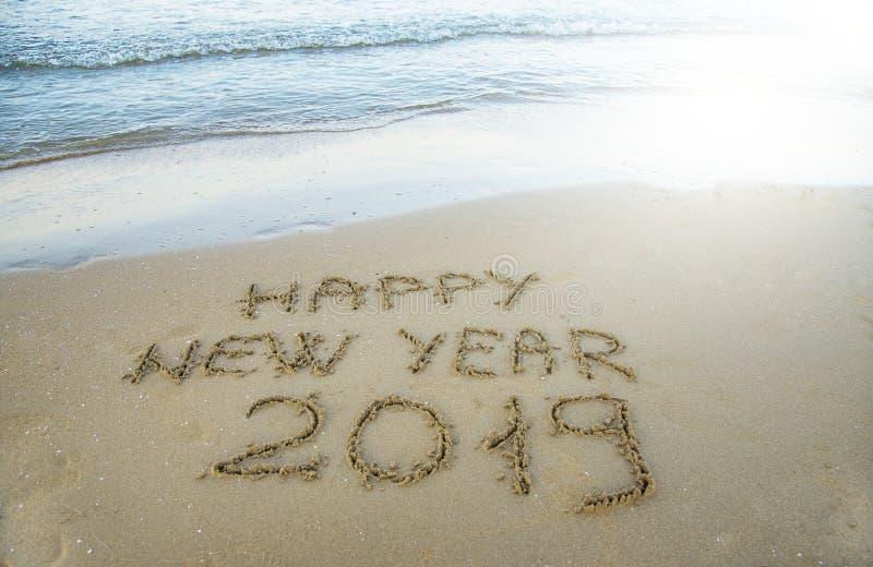 Szczęśliwy nowy rok pisać na piasku obrazy royalty free