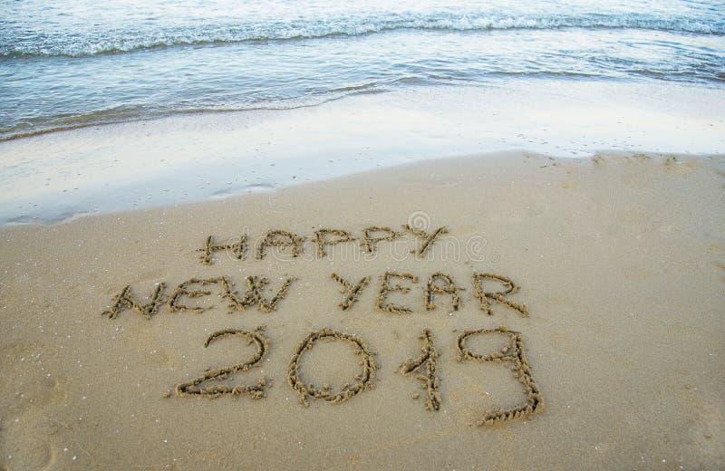 Szczęśliwy nowy rok pisać na piasku zdjęcie royalty free