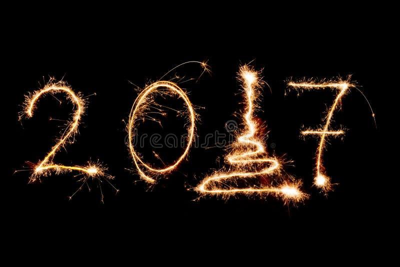 SZCZĘŚLIWY nowy rok 2017 pisać z fajerwerkami jako tło zdjęcia stock