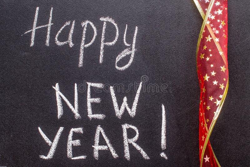 Szczęśliwy nowy rok 2017, ręki writing z kredą na blackboard fotografia stock
