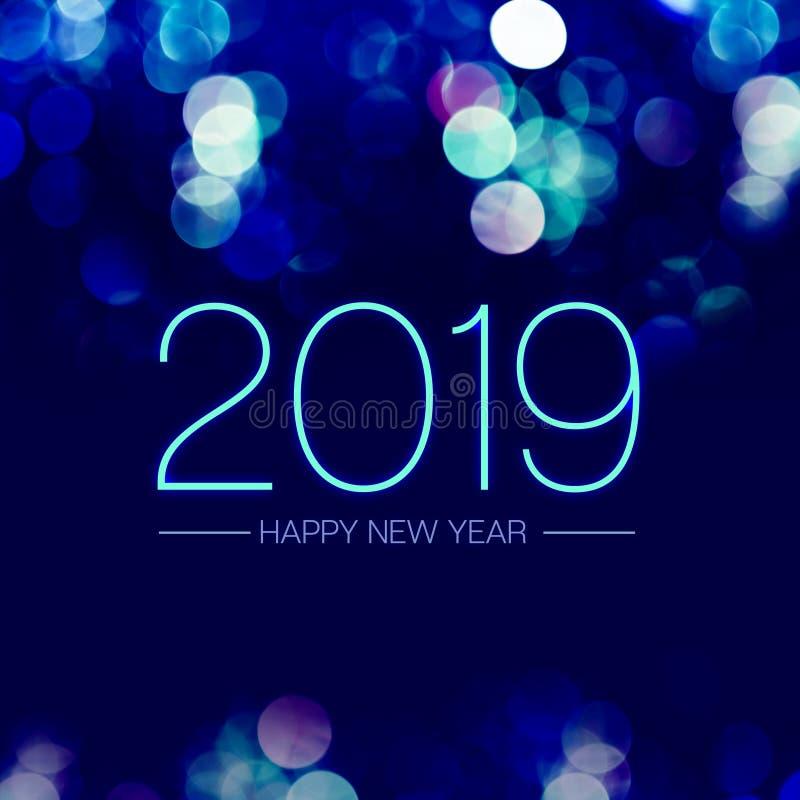 Szczęśliwy nowy rok 2019 z błękitnym bokeh światła lśnieniem na zmroku - błękitny purpurowy tło, Wakacyjny kartka z pozdrowieniam fotografia royalty free