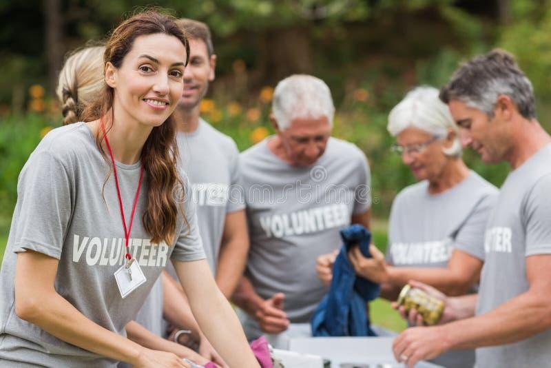 Szczęśliwy ochotniczy patrzeje darowizny pudełko obrazy royalty free