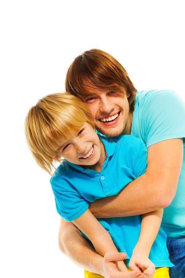Szczęśliwy ojca ściśnięcie jego syn zdjęcia royalty free