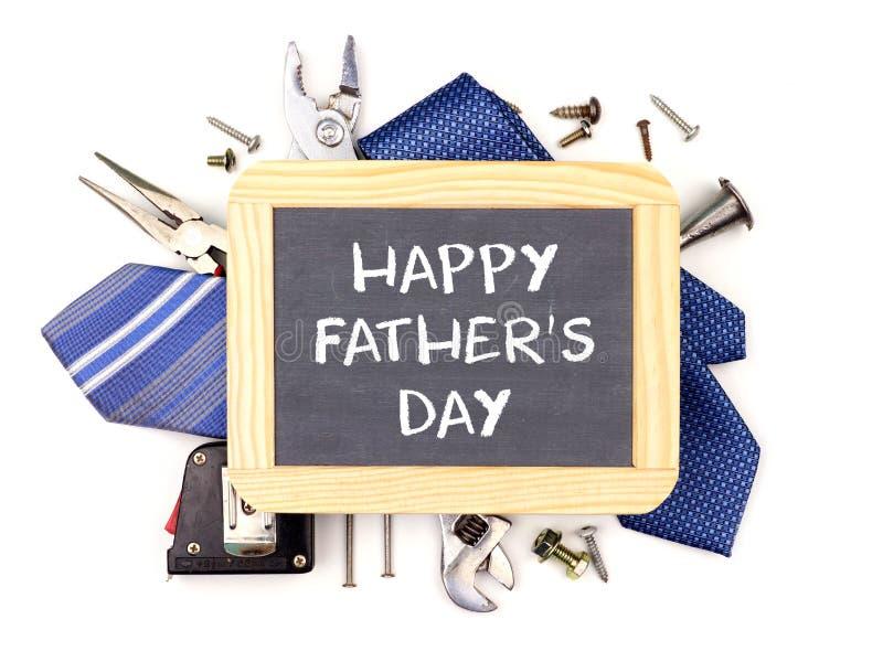 Szczęśliwy ojca dnia chalkboard z zasadniczą ramą narzędzia i krawaty odizolowywający na bielu zdjęcia stock