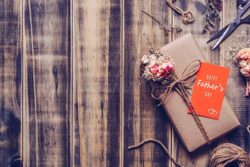 Szczęśliwy ojca dnia tła pojęcie Piękny handmade DIY rzemiosła papier zawijał prezenta pudełko z Szczęśliwą ojca dnia pomarańcze  zdjęcia stock
