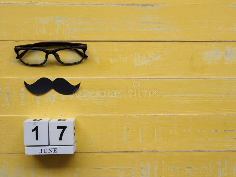 Szczęśliwy ojca ` s dnia pojęcie 17 Czerwa drewniany blokowy kalendarz, musta zdjęcie stock