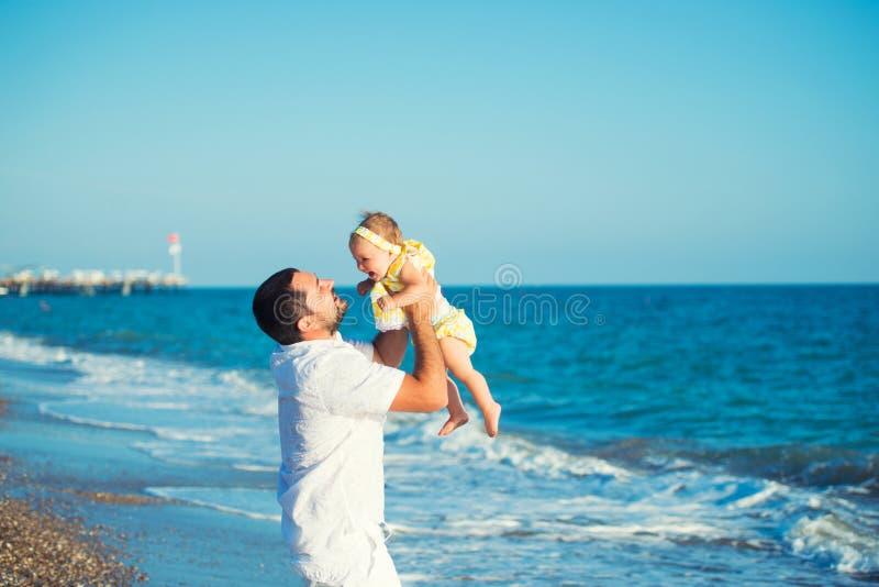 Szczęśliwy ojciec bawić się z śliczną małą córką przy plażą Odpoczynek w Turcja obrazy royalty free