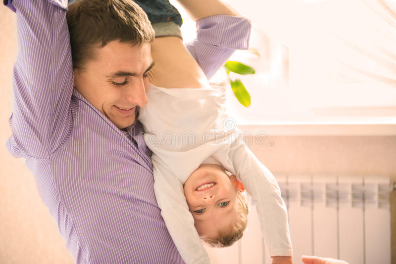 Szczęśliwy ojciec bawić się z synem zdjęcie stock