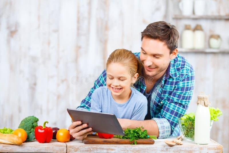 Szczęśliwy ojciec i córka gotuje wpólnie fotografia royalty free